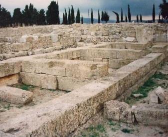 a soli 12 km da siracusa esiste una citt greca fondata nel 728 ac che non avendo subito stratificazioni abitative successive stata scavata dagli
